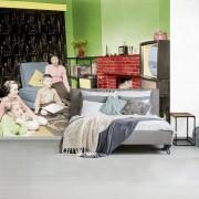 Fotobehang vinyl - Familie kijkt televisie breedte 440 cm x hoogte 350 cm - Foto print op behang (in 7 formaten beschikbaar)