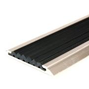Černá hliníková schodová lišta s protiskluzovým páskem Antislip, FLOMAT - délka 200 cm, šířka 5,3 cm a výška 0,6 cm