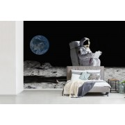 Astronaut in de ruimte werkt achter zijn laptop fotobehang