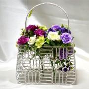 Suport pentru buchete cu flori din metal, alb in forma de poseta