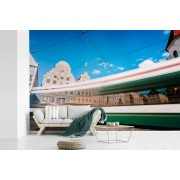 Fotobehang vinyl - Een gekleurde tram in de Duitse stad Augsburg breedte 360 cm x hoogte 240 cm - Foto print op behang (in 7 formaten beschikbaar)