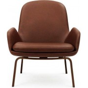 Normann Copenhagen Fotel niski Era na drewnianych nogach orzech skóra Tango