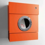 Radius Design Letterman 2 Briefkasten orange (RAL 2009) mit Klingel in blau mit Pfosten in Briefkastenfarbe