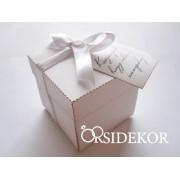 Fehér köszönetajándék doboz szalaggal és ajándékkísérővel