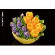 Designkaarsen com Schaaltje met tulpen GEELen blauwe druifjes, KAARS - kaarsen