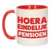 Shoppartners Pensioen mok / beker rood Hoera eindelijk met pensioen 300 ml
