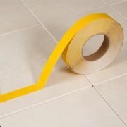 Žlutá korundová protiskluzová samolepící podlahová páska - délka 18 m a šířka 2,5 cm
