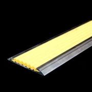 Žlutá hliníková schodová lišta s protiskluzovým páskem Antislip, FLOMAT - délka 100 cm, šířka 5,3 cm a výška 0,6 cm