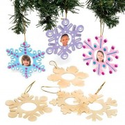 Baker Ross Snowflake Photo Decorations - 8 Winter-themed photo frame decorations for kids to colour in. Size 11.5cm, aperture 4cm diameter.