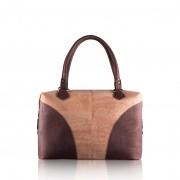 Une labradorite triangulaire montée en pendentif sur du plaqué or