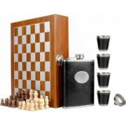 Set format din 4 piese Caseta din lemn cu 4 pahare sticla whiskey si joc sah model Pufo Clasic negru
