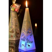 Designkaarsen com Kerstkaars BLAUW piramide met LED - kaarsen