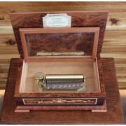 Böhme Musikspieluhren Musik-Schatulle mit detailreichen Holz-Einlegearbeiten und 50-Ton Spieluhr mit 2 Melodien