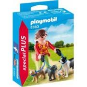 Set figurine pentru copii - Femeia si catelusii la plimbare