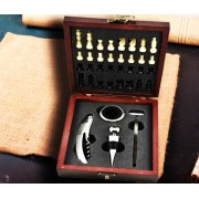 Accesorii pentru vin si sah in cutie de lemn