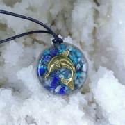 Pandantiv cu delfin auriu, Regasire in sine, lapis-lazuli, cianit, crisocola, acvamarin, ametist, cuarţ, cupru, alamă, rasina