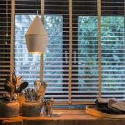 QAZQA Nowoczesna lampa wisząca biała ze złotym wnętrzem - Jacob