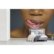 Fotobehang vinyl - Een Afrikaanse vrouw die haar lippen likt breedte 360 cm x hoogte 240 cm - Foto print op behang (in 7 formaten beschikbaar)