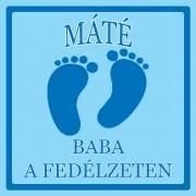 Baby on board autómatrica választható névvel és szöveggel - Kisfiú talpak