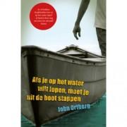 Als je op het water wilt lopen, moet je uit de boot stappen - John Ortberg