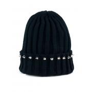 Czarna czapka nabijana ćwiekami