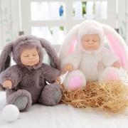 Papusa bebe in costum de iepuras care spune Ingerasul