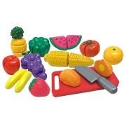 Szeletelt gyümölcsök és zöldségek egy dobozban