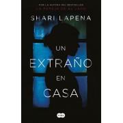 Un Extra'o En Casa / A Stranger in the House, Paperback