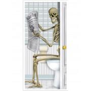 Decoração de porta esqueleto nos sanitários