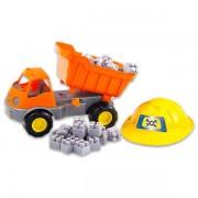 Teherautó építőkockákkal és munkavédelmi sisakkal