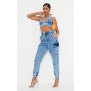 PrettyLittleThing Jogging en jean bleu moyennement délavé à poches, Délavage bleu moyen - 44