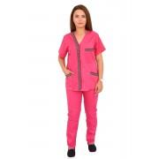 Costum medical ciclam cu motive traditionale, bluza cu trei buzunare si pantaloni ciclam cu elastic